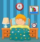 Le garçon dormant dans le lit Images stock