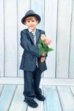 Le garçon drôle avec des roses Image libre de droits