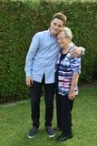 Le garçon embrasse affectueusement sa grand-grand-maman photographie stock libre de droits