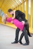 Le garçon embrasse la fille Photo libre de droits