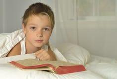 Le garçon est bible du relevé Images stock