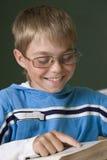 Le garçon est concentré avec le relevé Images libres de droits