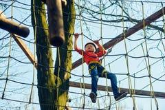 Le garçon est engagé dans des sports se garent sur le parcours du combattant image libre de droits