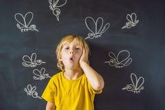 Le garçon est mordu par des moustiques sur un fond foncé Sur le tableau noir avec les moustiques peints par craie photographie stock