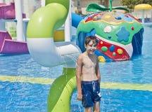 Le garçon est ont l'amusement dans Aqua Park photographie stock libre de droits