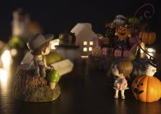 Le garçon et la fille hésitent à joindre l'amusement de la maison de partie de festival de Halloween qui est pleine avec des fant photos stock