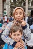 Le garçon et la fille iraniens tiennent la mosquée proche, Téhéran, Iran Photo libre de droits