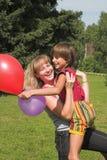 Le garçon et la fille jouent pendant la journée solaire Photo stock