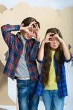 Le garçon et la fille ont étendu ses coeurs de doigts Concept d'amour Image stock
