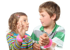 Le garçon et la fille ont rapporté des menottes de jouet Image stock