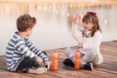 Le garçon et la fille parlent Image stock
