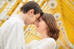 Le garçon et la fille regardent avec amour Photos stock