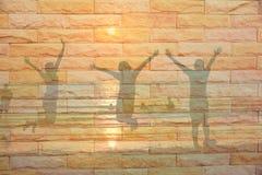le garçon et la fille sautent sur la plage Photo stock