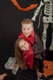 Le garçon et la fille utilisant des costumes de Halloween Photographie stock libre de droits