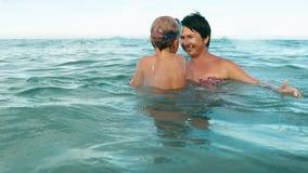Le garçon et la mère joue avec la boule dans le mouvement lent de mer clips vidéos