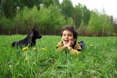 Le garçon et le crabot de ?. Photo libre de droits