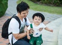 Le garçon et le papa avec le bonheur photographie stock libre de droits