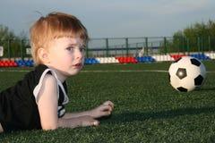 Le garçon et une bille Photo libre de droits
