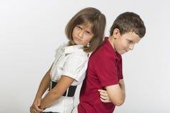 Le garçon et une fille sont fâchés contre l'un l'autre Photographie stock libre de droits