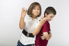 Le garçon et une fille sont fâchés contre l'un l'autre Images stock