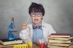 Le garçon fait des expériences de la science dans un laboratoire images stock