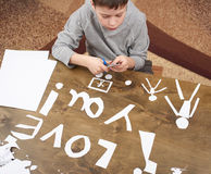 Le garçon fait l'origami - voiture et famille, enfants, parent, je t'aime le texte, vue supérieure sur le fond en bois Images libres de droits