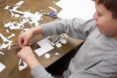 Le garçon fait l'origami - voiture et famille, enfants, parent, je t'aime le texte, vue supérieure sur le fond en bois Image libre de droits