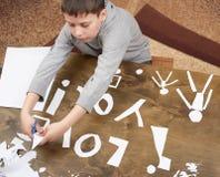 Le garçon fait l'origami - voiture et famille, enfants, parent, je t'aime le texte, vue supérieure sur le fond en bois Image stock