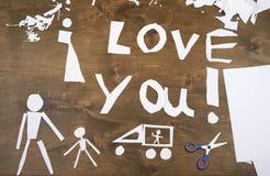 Le garçon fait l'origami - voiture et famille, enfants, parent, je t'aime le texte, vue supérieure sur le fond en bois Photographie stock