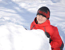 Le garçon fait le bonhomme de neige Photo stock