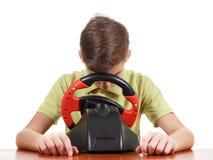 Le garçon fatigué joue une console motrice de jeu, sur le blanc Photo stock