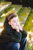 Le garçon a fermé ses yeux et rêve photos stock