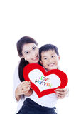 Le garçon gai donne la carte d'amour à la mère Photographie stock libre de droits