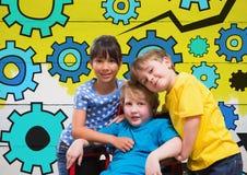 Le garçon handicapé dans le fauteuil roulant avec les amis et la dent colorée d'arrangements embraye Image stock