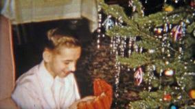 1954 : Le garçon heureux obtient le gant de base-ball pour le cadeau de Noël NEWARK, NEW JERSEY banque de vidéos