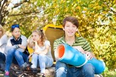 Le garçon heureux tient la séance de tapis de spandex roulée par bleu Photos libres de droits