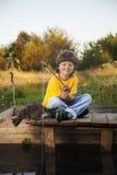 Le garçon heureux vont pêcher sur la rivière, un enfant des WI de pêcheur Image stock