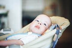 Le garçon infantile d'enfant de bébé six mois mange Image stock