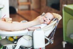 Le garçon infantile d'enfant de bébé six mois mange Photo libre de droits