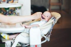 Le garçon infantile d'enfant de bébé six mois mange Images libres de droits