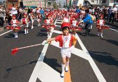 Le garçon japonais aboutit la fanfare des enfants. Photos libres de droits