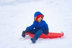 Le garçon japonais glisse en bas du traîneau de neige en station de vacances de Gala Yuzawa Ski photographie stock