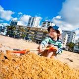 Le garçon joue avec le sable, Quarteira, Portugal Photos libres de droits