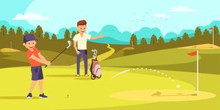 Le garçon joyeux frappe la boule avec des clubs de golf, visant le trou illustration stock