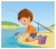 Le garçon laisse les poissons pêchés par lui à la rivière Photo stock