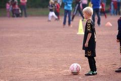 Le garçon le footballeur Images stock