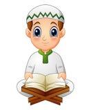 Le garçon a lu le Quran livre sacré de l'Islam illustration libre de droits