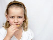 Le garçon mange des biscuits Photographie stock libre de droits