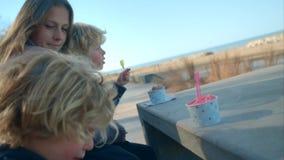 Le garçon mange la crème glacée  banque de vidéos