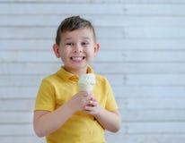 Le garçon mangeant la crème glacée Photo libre de droits